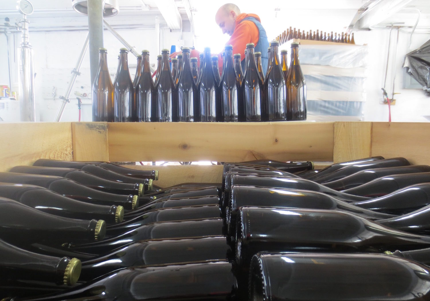 cidery-ezra-bottling-line-capper-at-eves-cidery